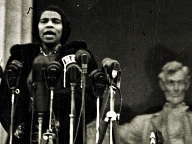 Marian Anderson singing at the lincoln memorial 1939